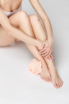 Perfekte weibliche beine auf grau