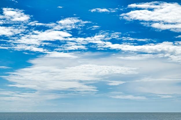 Perfekter blauer himmel mit wolken und wasser des meeres