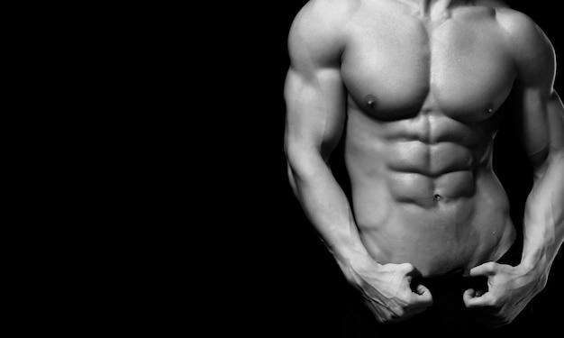 Perfekter mannkörper auf schwarzem hintergrund