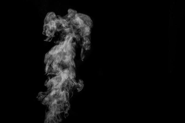 Perfekter mystischer lockiger weißer dampf oder rauch auf schwarzem hintergrund isoliert. abstrakter hintergrundnebel oder smog, gestaltungselement, layout für collagen.
