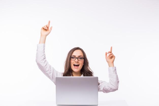 Perfekter tag - glückliche junge geschäftsfrau - im büro sitzend