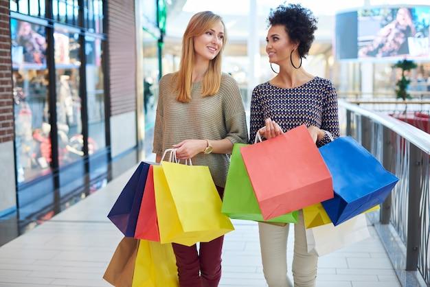 Perfekter tag zum einkaufen mit freund