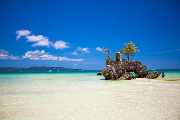 Perfekter tropischer strand mit türkisfarbenem wasser in boracay