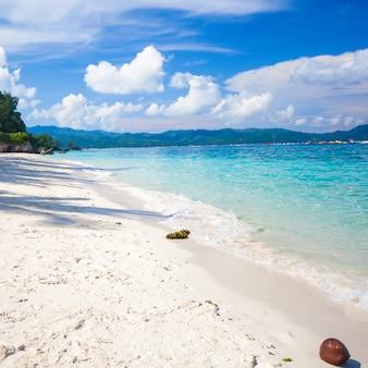 Perfekter tropischer strand mit türkisfarbenem wasser und weißem sand