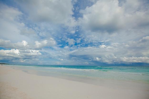 Perfekter tropischer strand mit türkisfarbenem wasser und weißen sandstränden in tulum, mexiko