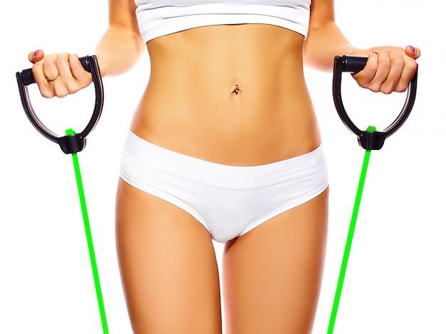 Perfekter weiblicher körper des sinnlichen sportmädchens in weißen dessous