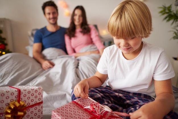 Perfekter weihnachtsmorgen für kleinen jungen