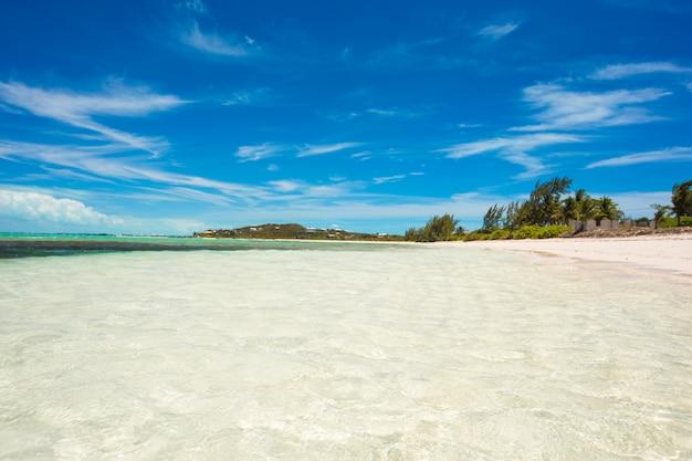 Perfekter weißer strand in der karibikinsel