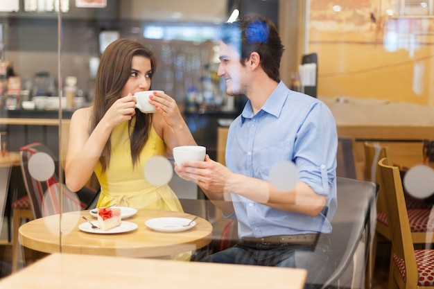Perfektes date mit einer tasse kaffee