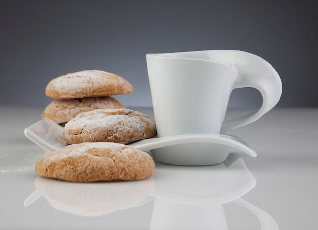 Perfektes frühstück mit keksen und kaffee