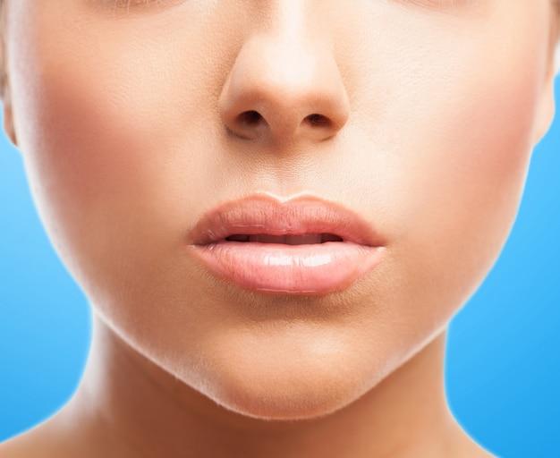 Perfektes gesicht mit dicken lippen