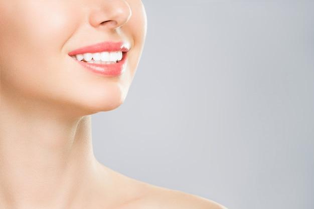 Perfektes gesundes zahnlächeln einer jungen frau
