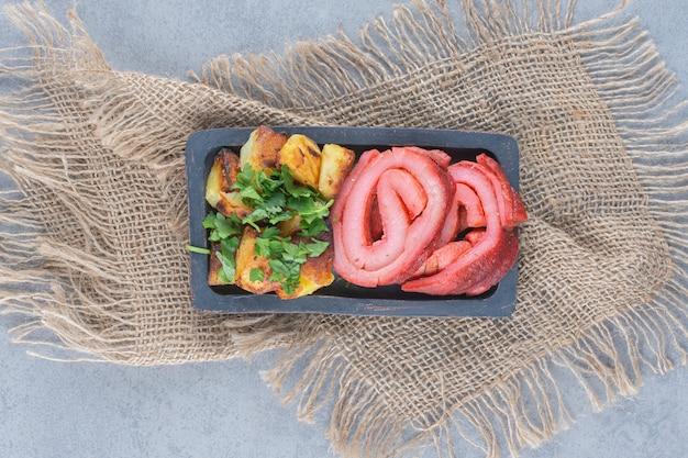 Perfektes mittagessen. gebratener speck und kartoffeln.