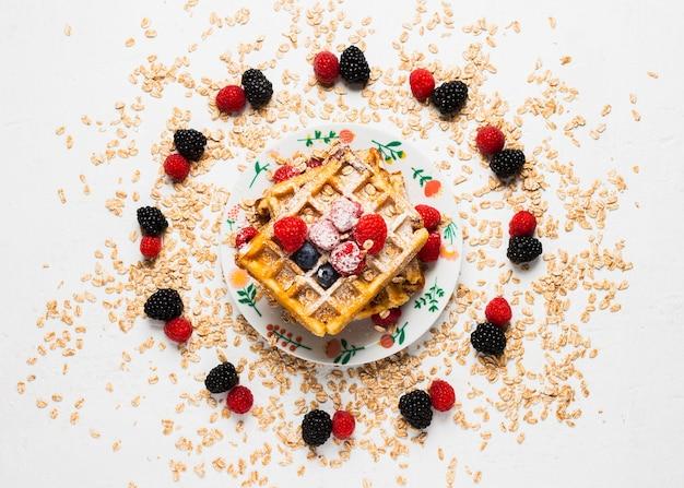Perfektes nahrhaftes frühstück mit früchten und waffeln