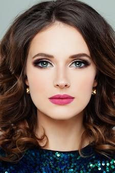 Perfektes weibliches gesicht. frauenmodell mit make-up