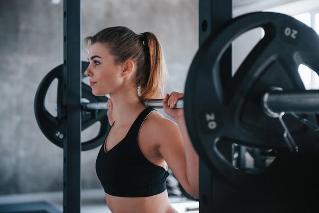 Perfektion kennt keine grenzen. foto der herrlichen blonden frau im fitnessstudio zu ihrer wochenendzeit