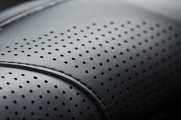 Perforiertes material aus schwarzem kunstleder im vollbild