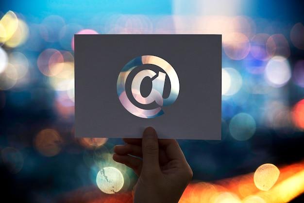 Perforiertes papier der e-mail-netzwerkkommunikation am zeichen