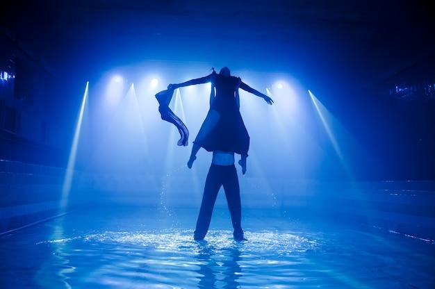 Performance auf dem wasser einer tanzgruppe