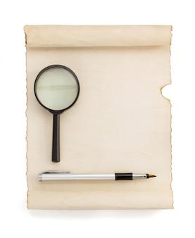 Pergamentrolle isoliert auf weiß