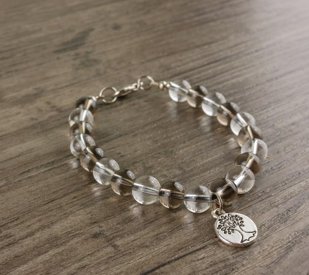 Perlen armband auf hölzernen hintergrund