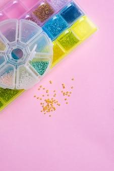 Perlen in organisationsboxen. handgemachte accessoires. ansicht von oben
