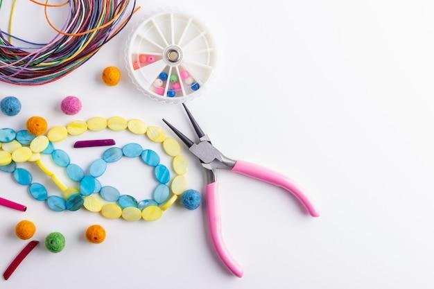 Perlen und komponenten für perlenarbeiten