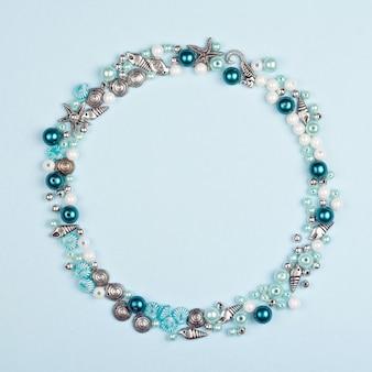 Perlen zur herstellung von halsketten. abwechslungsreiche form. nautisches thema.