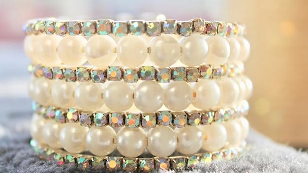Perlenarmband aus weißen gelben perlen