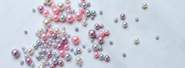 Perlenhintergrund, perlen auf marmorhintergrund, mode- und luxusschmuckkonzept