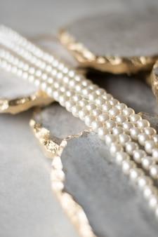 Perlenkette auf goldenem marmor ethischer schmuck luxus-hintergrundschmuck als geschenkkonzept perlen sind die besten freunde der mädchen