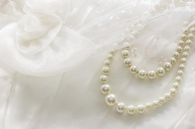 Perlenkette auf spitze