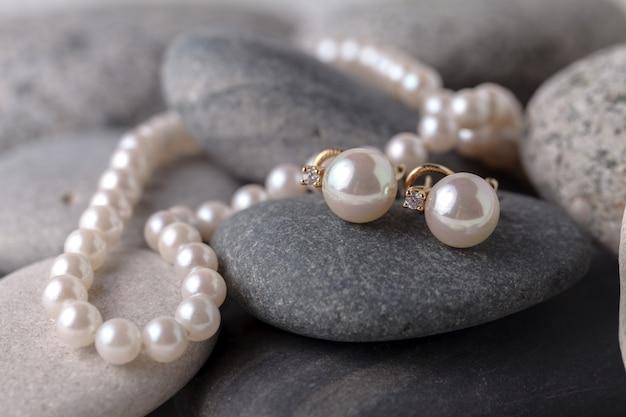 Perlenketten und ohrringe
