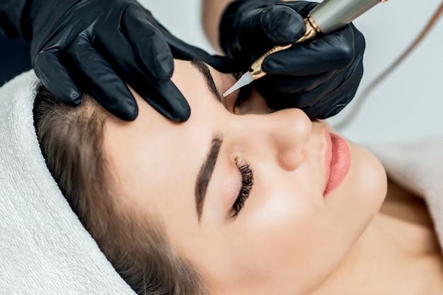 Permanent make-up auf den augenbrauen