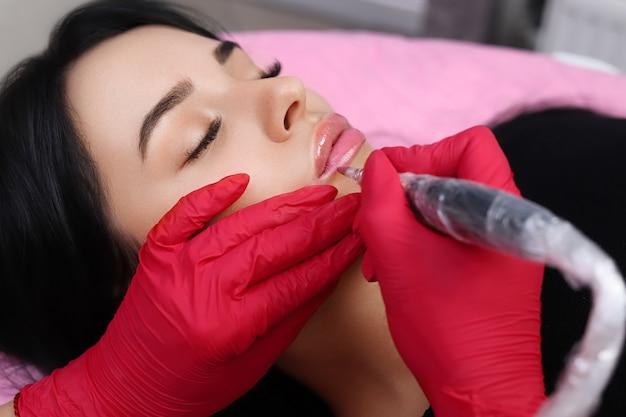 Permanent make-up auf den lippen.