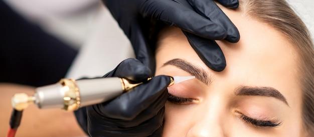 Permanent make-up auf weiblichen augenbrauen