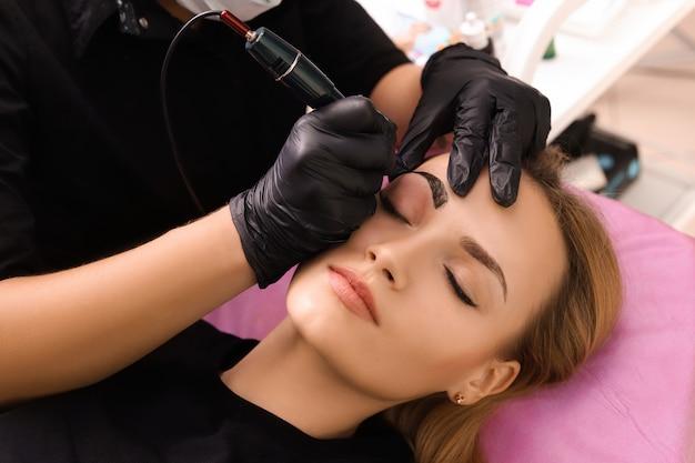 Permanentes make-up auf den augenbrauen.