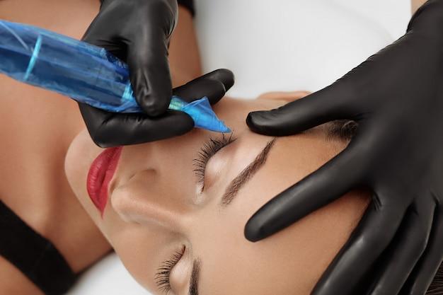 Permanentes make-up auf den augenbrauen