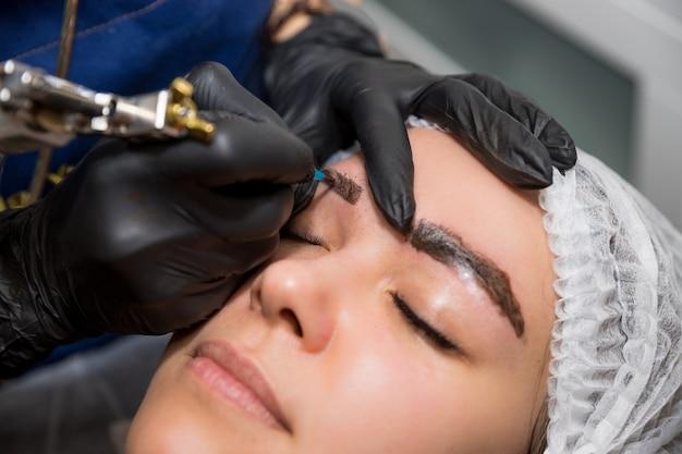 Permanentes make-up für augenbrauen