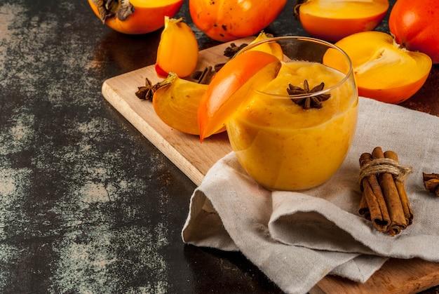 Persimonefrucht smoothie mit zimt- und anissternen