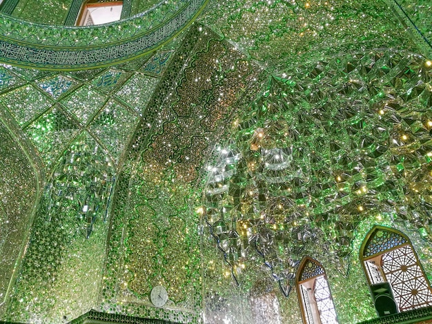 Persische innenspiegelmosaikarbeit des shah-e-cheragh schreins und des mausoleums.