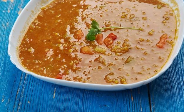 Persische linsensuppe, getrocknete limetten oder schwarze limetten verleihen vielen iranischen gerichten einen komplexen geschmack
