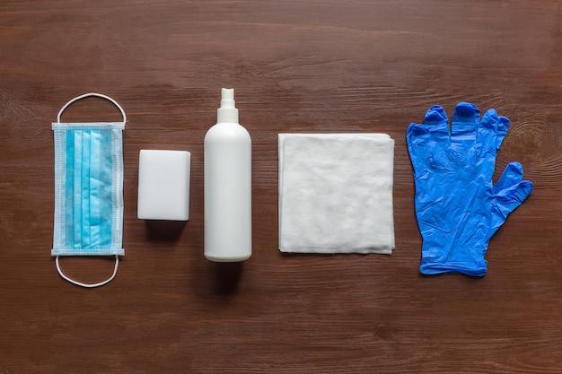 Persönliche medizinische schutzausrüstung, maske, sterile handschuhe und desinfektionsmittel zum schutz vor viren