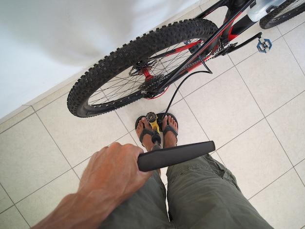 Persönliche perspektive pumpen sie einen fahrradreifen. lebensstile.