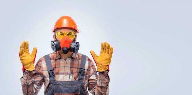 Persönliche schutzausrüstung. banner mit professionellem baumeister in sicherheitsausrüstung gegen grauen hintergrund.