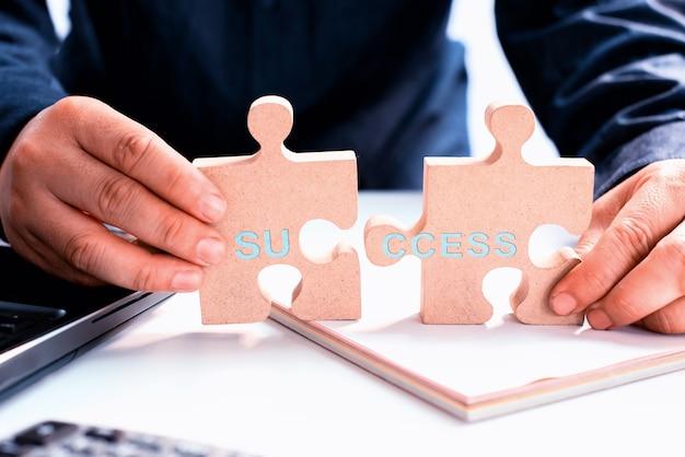 Persönliche transformation für das geschäft erfolgreich. entwicklung und verbesserung. puzzle und puzzle.