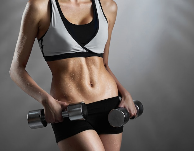 Persönlichen leistungen. beschnittene nahaufnahme einer gesunden muskelfitnessfrau