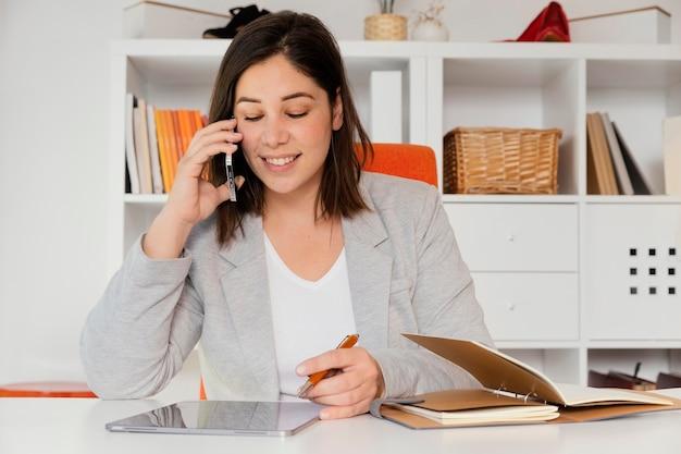 Persönlicher käufer im büro, der auf handy spricht