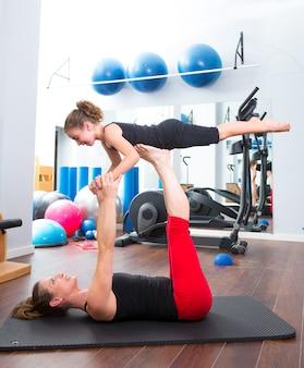 Persönlicher trainer der aerobicfrau der kindermädchenbalance