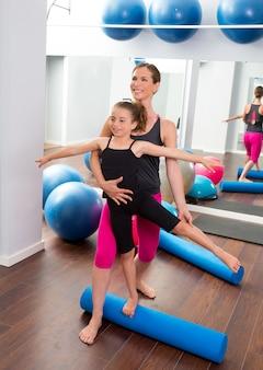 Persönlicher trainer der aerobicfrau des kindermädchens